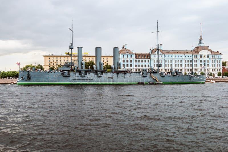 Oude kruiserdageraad bij de pijler op de Neva-rivier stock foto's