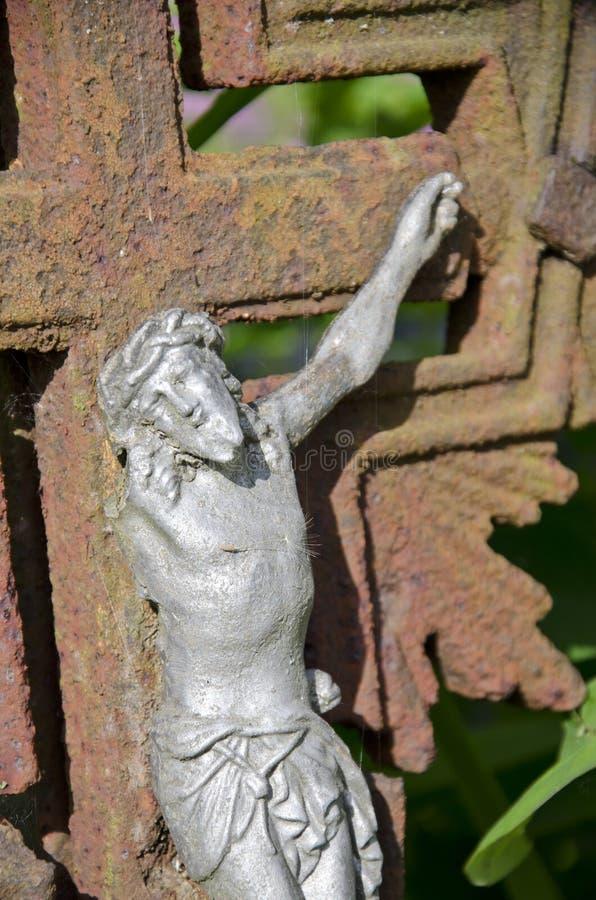 Oude kruisiging met één hand Jesus-Christus op roestig kruis royalty-vrije stock afbeeldingen