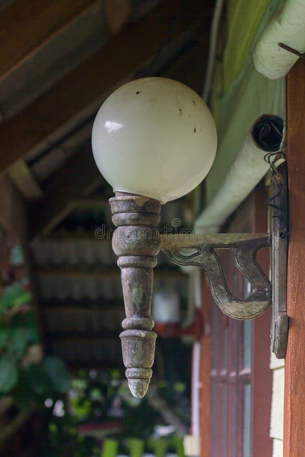 Oude lampen in bijlage aan houten muren stock foto