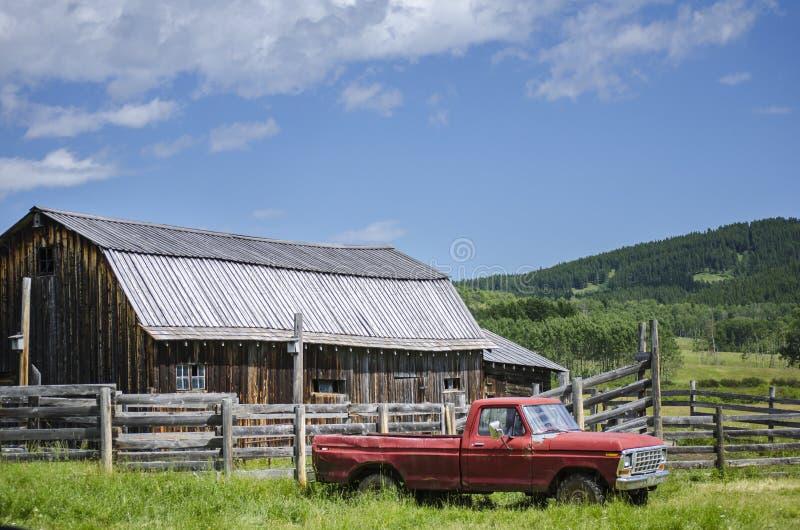 Oude Landbouwbedrijfvrachtwagen royalty-vrije stock fotografie