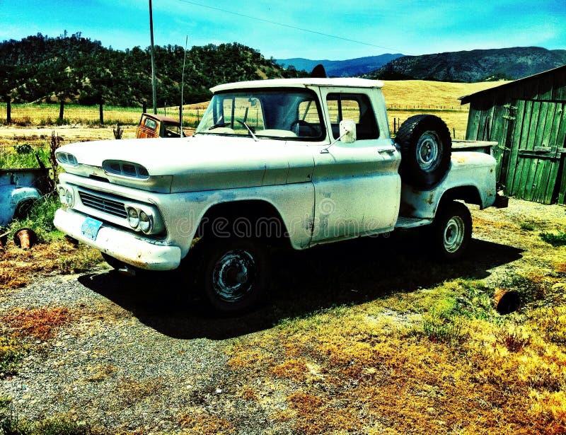 Oude landbouwbedrijfvrachtwagen royalty-vrije stock afbeelding