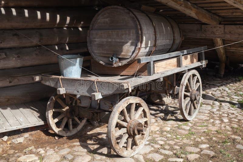 Oude landelijke houten kar, watertank stock afbeeldingen