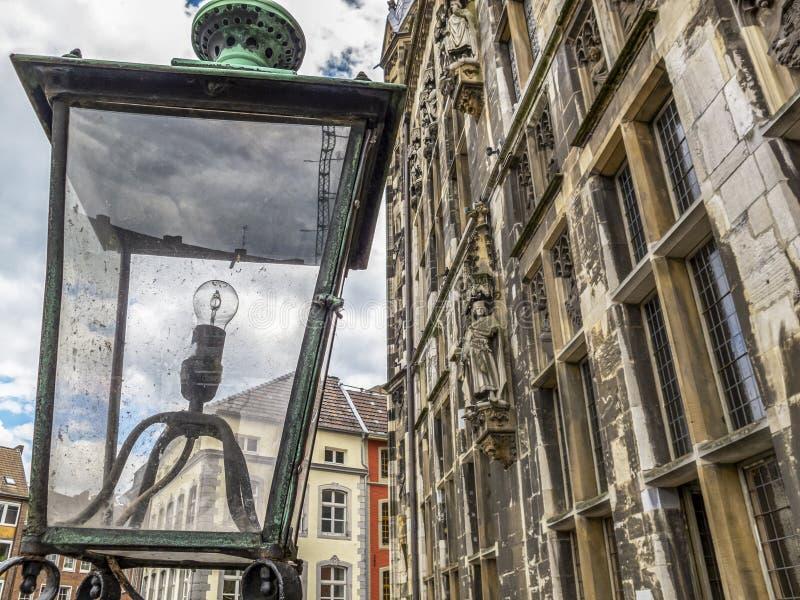 Oude lantaarn voor het Stadhuis van Aken, in Aken, Duitsland stock afbeelding