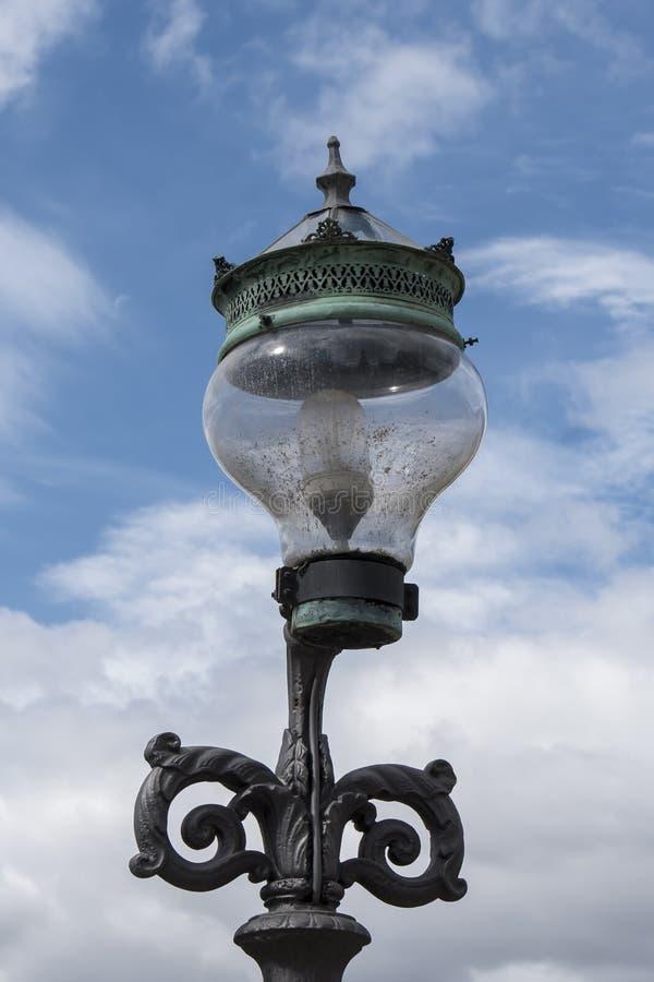 Oude lantaarnpaal in een straat van copenague royalty-vrije stock afbeelding