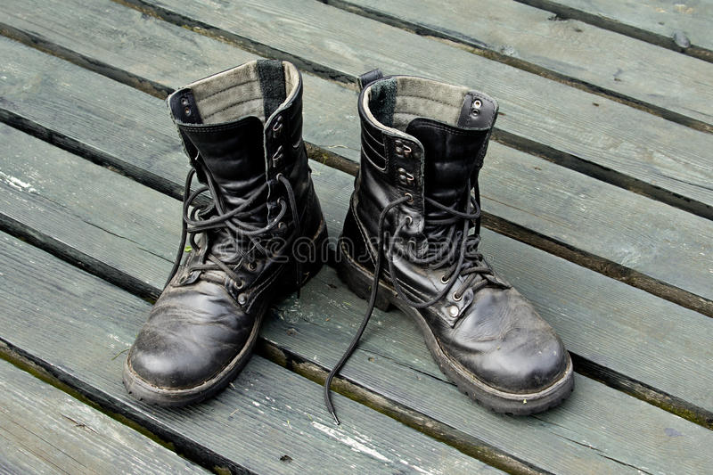 Oude leer militaire laarzen stock fotografie