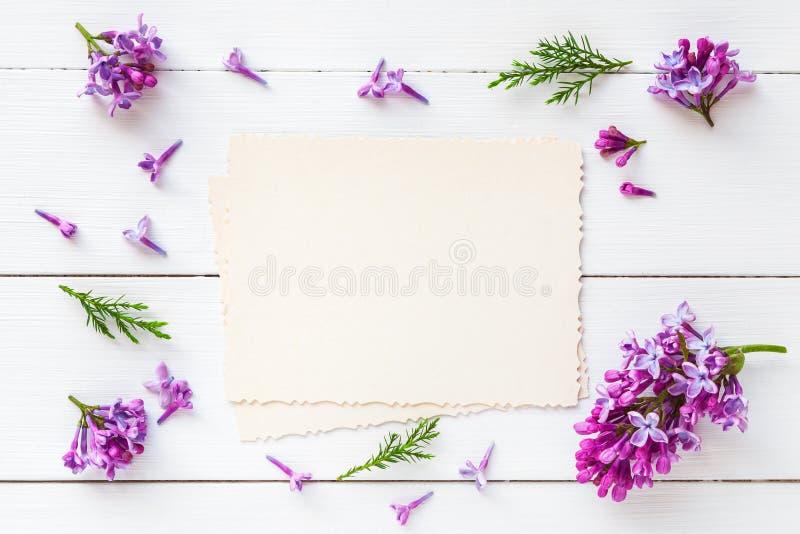 Oude lege foto voor de binnenkant en het kader van verse lilac bloemen stock afbeeldingen