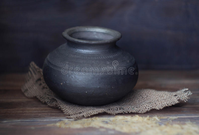 Oude Lege Indische kleipot stock fotografie