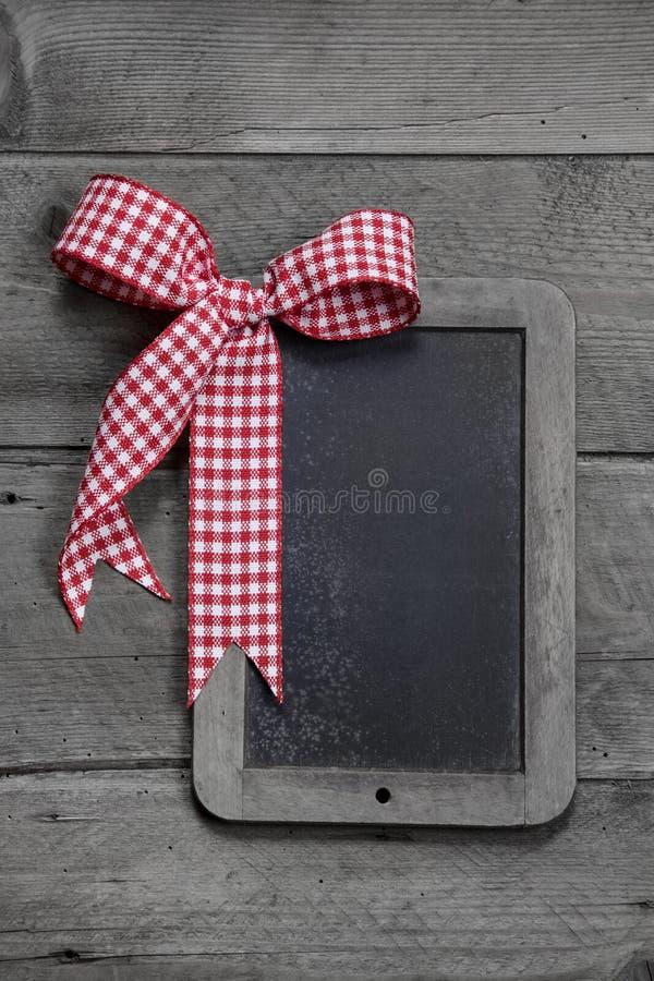 Oude lei - leeg zwart bord voor een groetkaart of een houten raad voor reclame stock foto