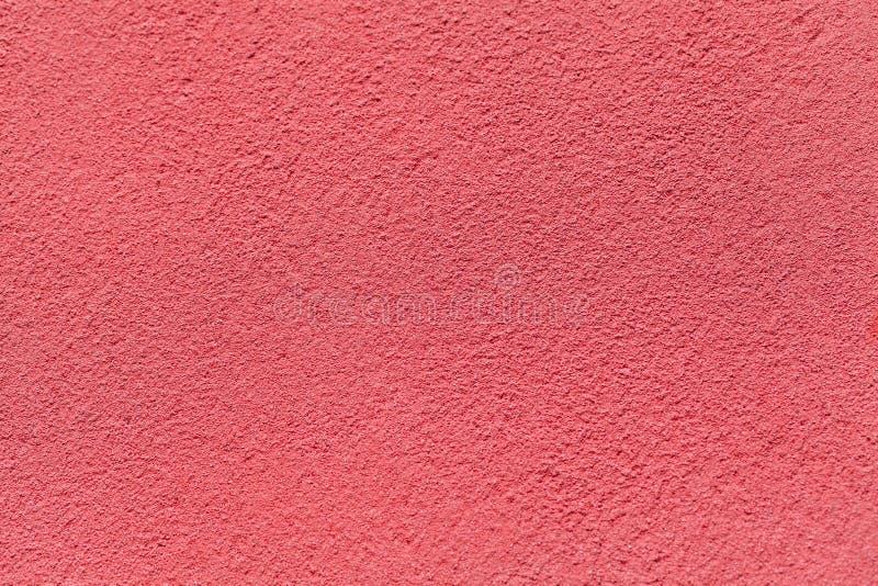 Oude lichtrode die muur met sjofel ongelijk pleister wordt behandeld Textuur van uitstekende roze steenoppervlakte royalty-vrije stock afbeeldingen