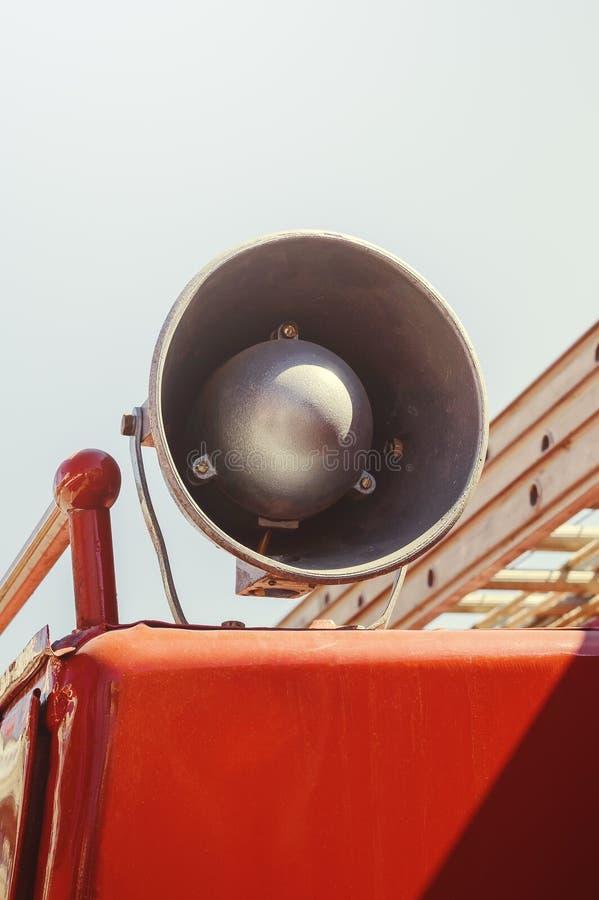 Oude luidspreker op de brandvrachtwagen, close-up royalty-vrije stock afbeeldingen