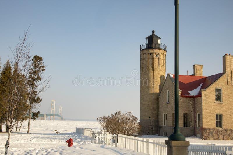 Oude Mackinac-Puntvuurtoren en Mackinac-Brug op bevroren Stra royalty-vrije stock foto's