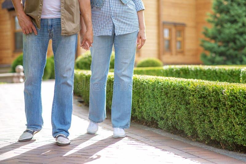 Oude man en vrouw die van gang buiten genieten stock afbeeldingen