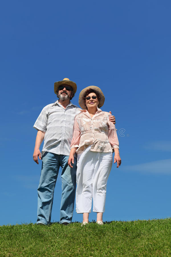 Oude man en vrouw in strohoeden en zonnebril royalty-vrije stock afbeelding