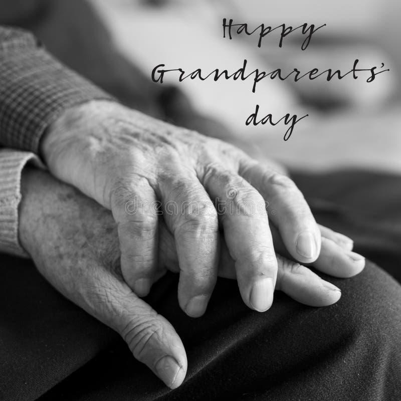 Oude man en vrouwen en van tekst gelukkige grootouders dag stock afbeeldingen