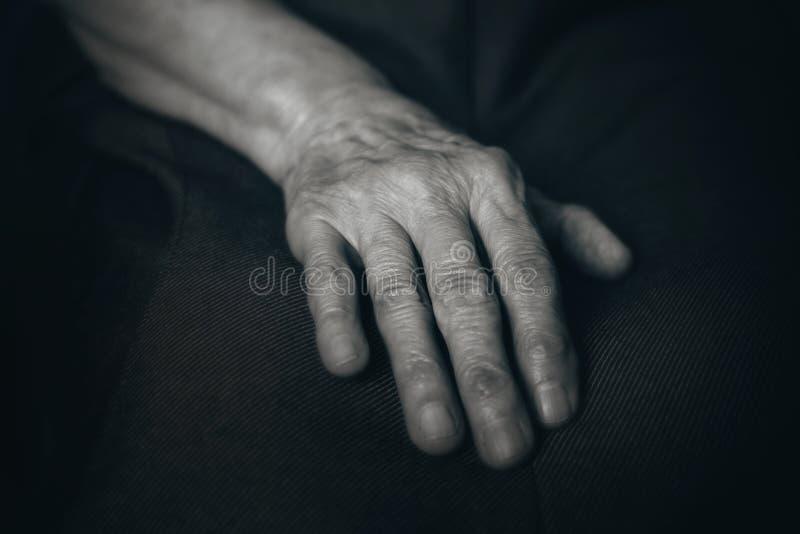 Oude man hand stock afbeeldingen