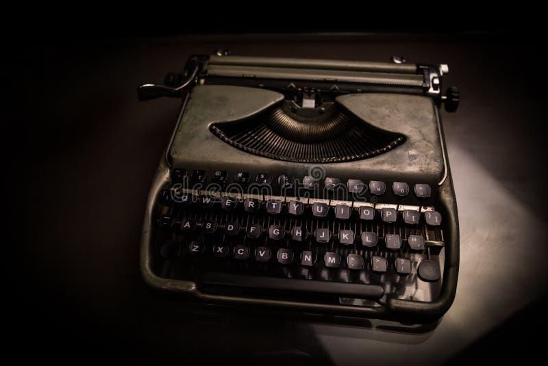Oude manier typewritter op donkere mistige achtergrond Sluit omhoog van uitstekende typewrittermachine royalty-vrije stock afbeelding
