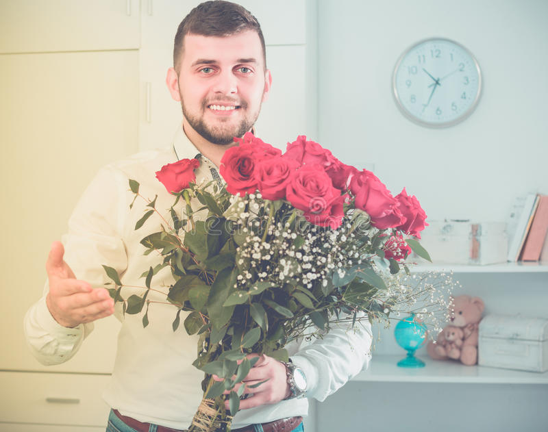 Oude mannetje 29-34 het jaar stelt bloemen en gift voor royalty-vrije stock fotografie