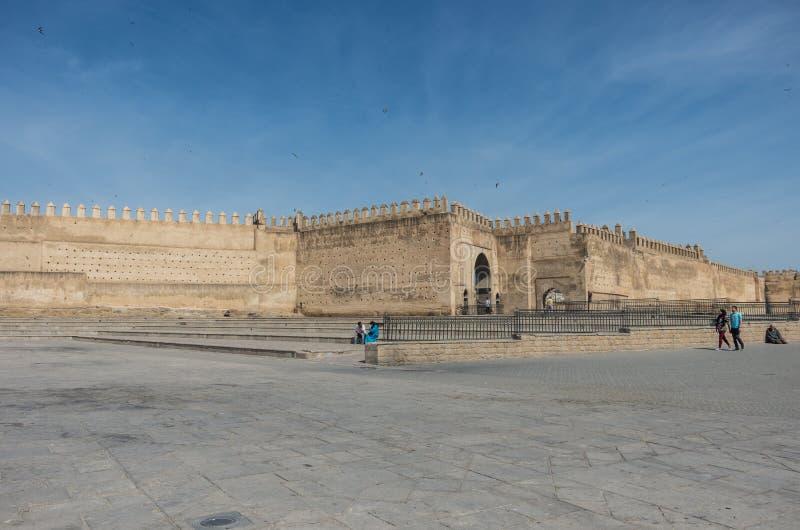 Oude medinamuur en poort in Fez Boujloudvierkant, Marocco stock afbeeldingen