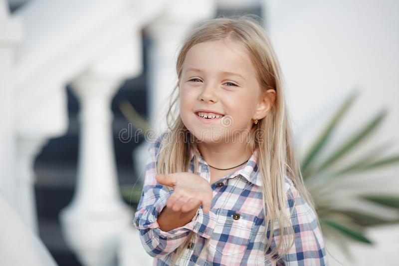 Oude meisje 5 het jaar, brengt in openlucht tijd alleen dichtbij haar huis in de zomer door royalty-vrije stock foto's