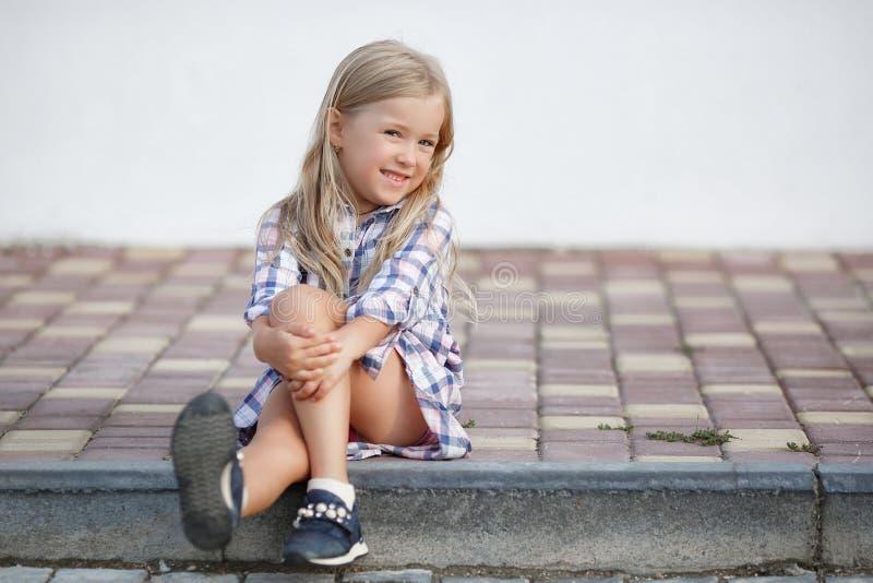 Oude meisje 5 het jaar, brengt in openlucht tijd alleen dichtbij haar huis in de zomer door royalty-vrije stock afbeeldingen