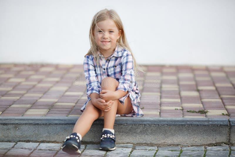 Oude meisje 5 het jaar, brengt in openlucht tijd alleen dichtbij haar huis in de zomer door royalty-vrije stock afbeelding