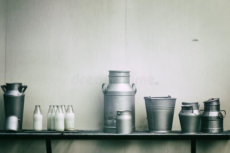 Oude melkkruiken, blikken en flessen royalty-vrije stock fotografie
