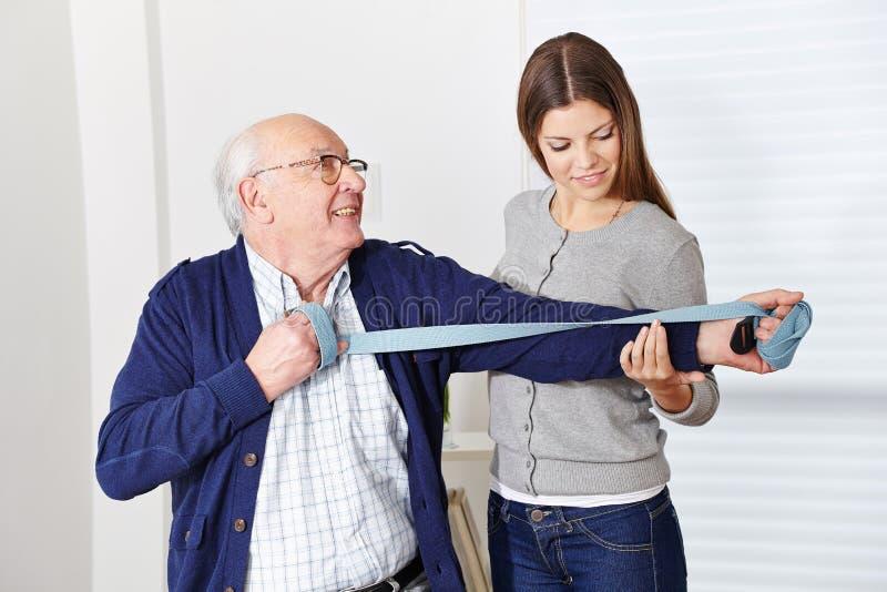 Oude mens bij rehabilitatie royalty-vrije stock fotografie