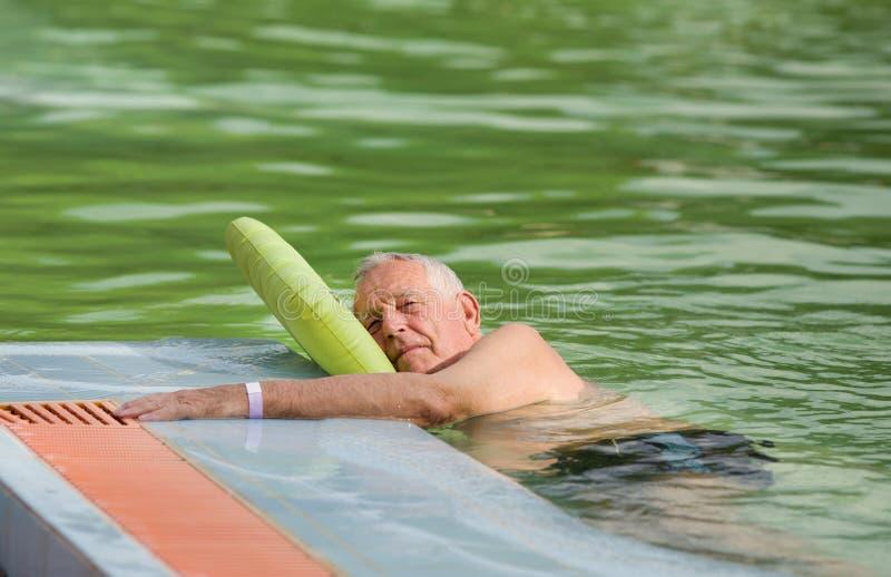 Oude mens in de pool royalty-vrije stock afbeeldingen