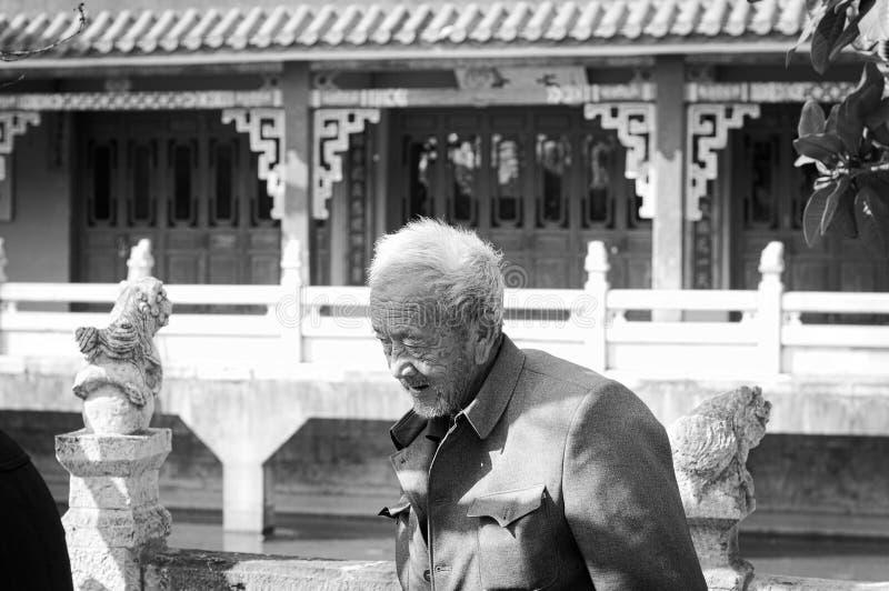Oude mens in de Yuantong-Tempel royalty-vrije stock foto's