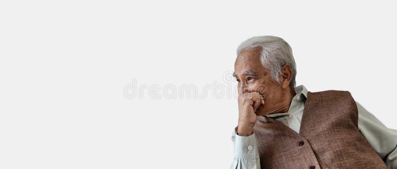 Oude mens die, Bejaarde Aziatische mens met zorgvuldig gedacht gebaar, Eenzame oude mens die uit de vensterzorg over het levenspr royalty-vrije stock foto
