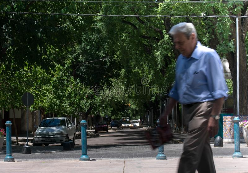 Oude mens die in de straten van Argentinië lopen royalty-vrije stock foto