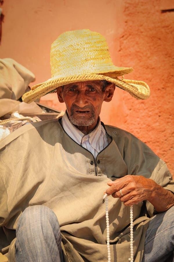 Oude mens die een rozentuin houden marrakech marokko stock foto's