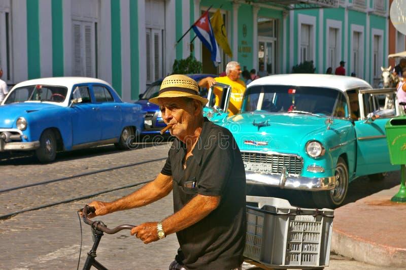 Oude mens die een sigaar in de straat roken royalty-vrije stock fotografie