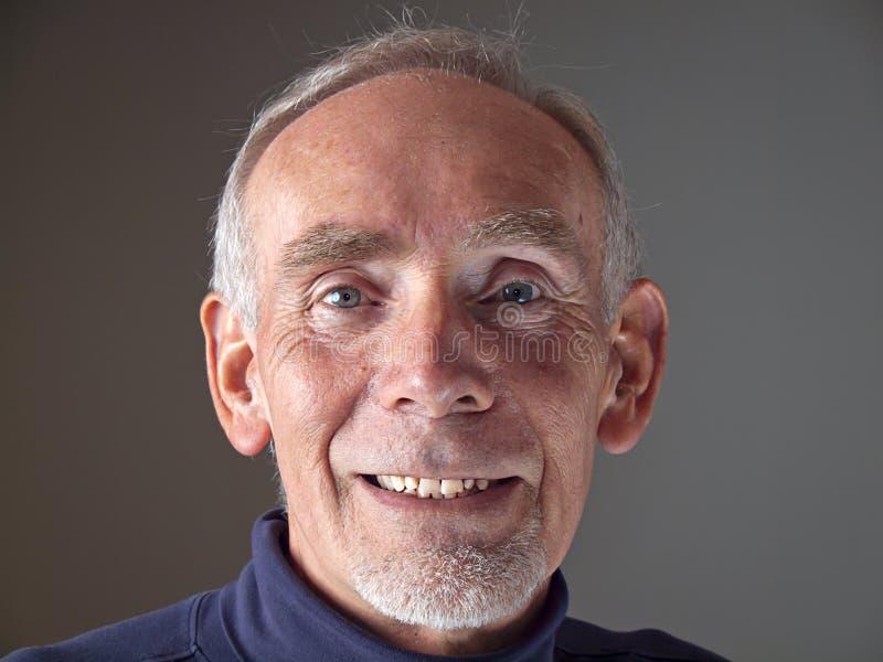 Oude mens die gelukkig glimlacht stock foto's
