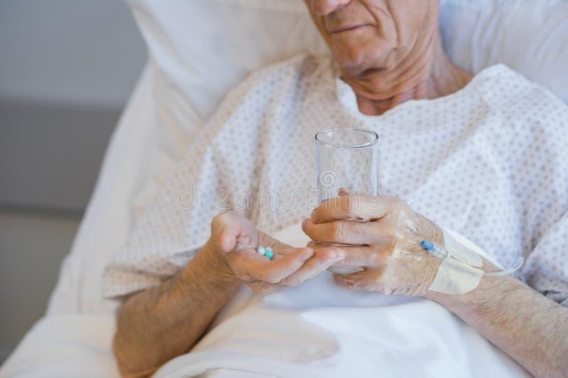 Oude Mens die Geneeskunde neemt royalty-vrije stock fotografie