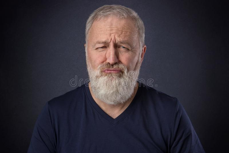 Oude mens die grimas zoals een verwend kind maken royalty-vrije stock afbeelding