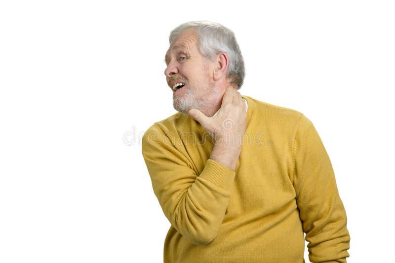 Oude mens die halspijn hebben stock afbeeldingen