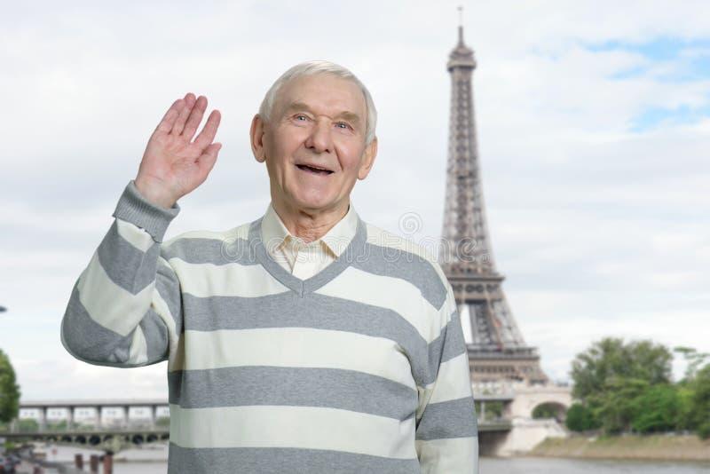Oude mens die hello in Parijs zeggen stock fotografie