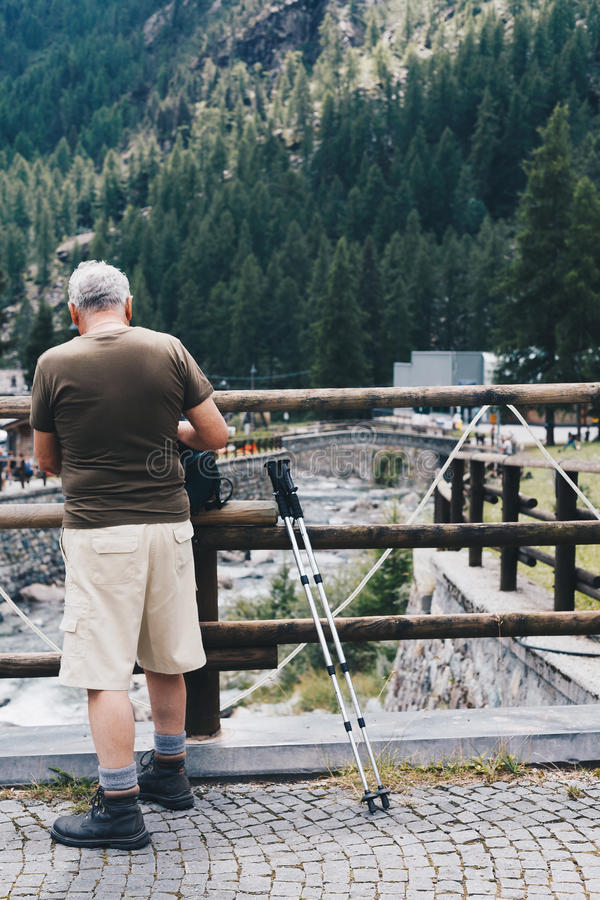 Oude mens die voor wandeling in Italië voorbereidingen treffen stock foto's