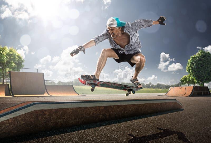 Oude Mens die in zonnige dag schaatsen royalty-vrije stock foto's