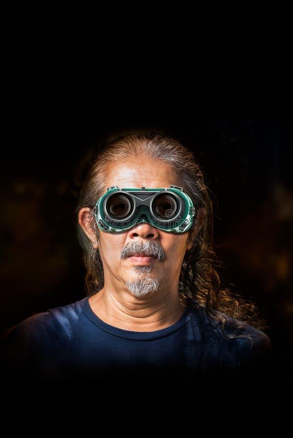 Oude mens en veiligheidsbril stock afbeeldingen
