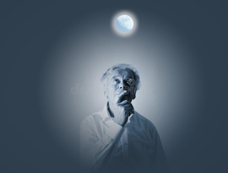 Oude mens in gedachten Oude mens in wit en volle maan Sleeplessne stock foto's
