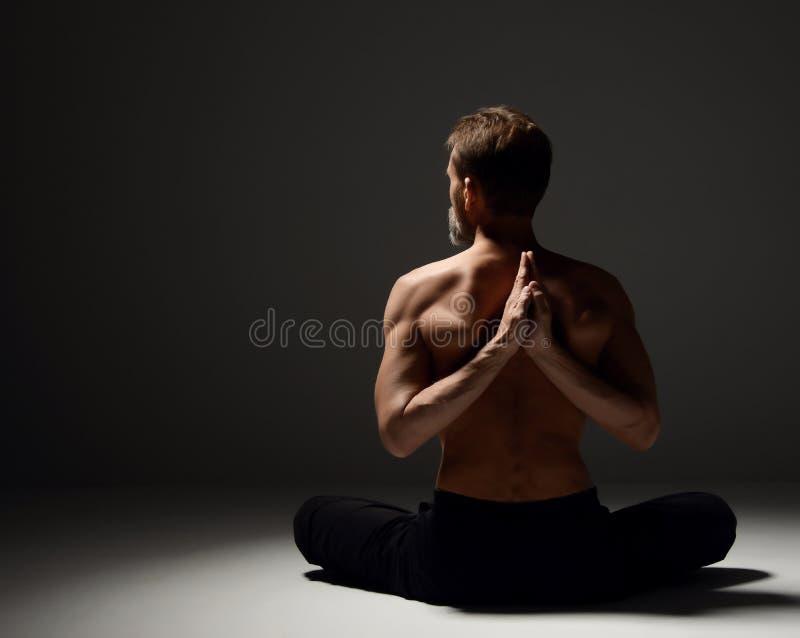 Download Oude Mens Het Praktizeren Mudra Van De Yogameditatie, En Mantra Praktijkenasana Stellen Stock Afbeelding - Afbeelding bestaande uit actief, meditatie: 107701593