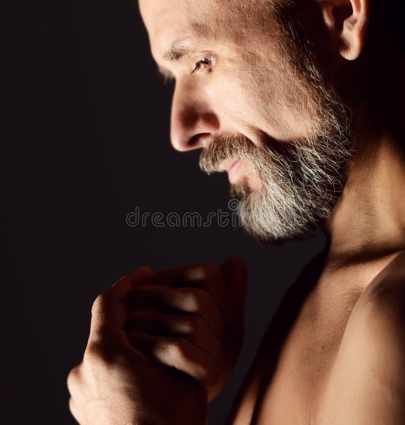 Download Oude Mens Het Praktizeren Mudra Van De Yogameditatie, En Mantra Praktijkenasana Stellen Stock Foto - Afbeelding bestaande uit activiteit, geschiktheid: 107701596
