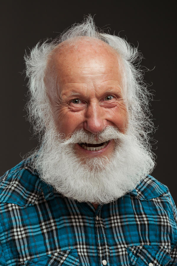Oude mens met een lange baard wiith grote glimlach royalty-vrije stock foto