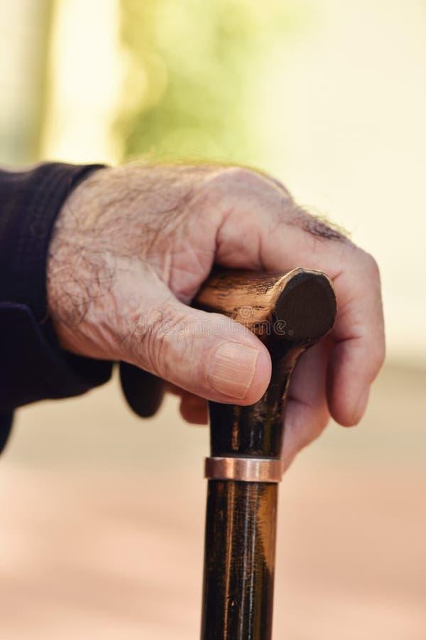 Oude mens met een wandelstok stock afbeelding