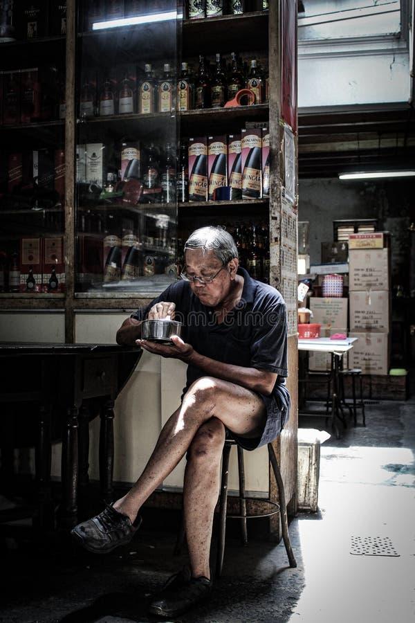 Oude mens met het oude leven stock afbeeldingen