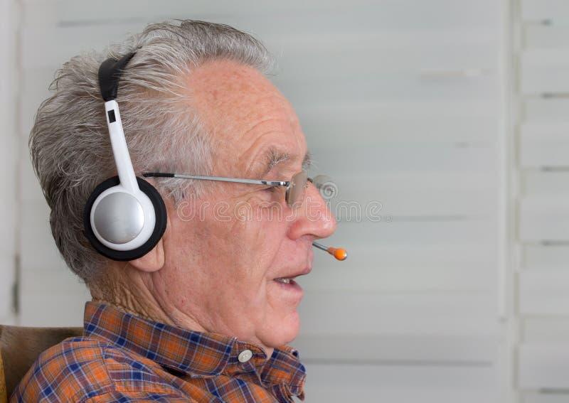 Oude mens met hoofdtelefoon royalty-vrije stock afbeeldingen