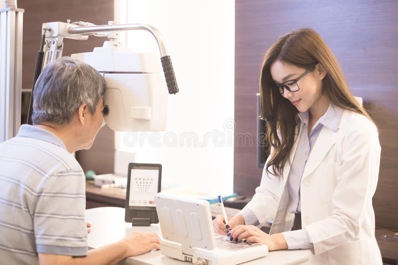 Oude mens met optometrist stock foto's