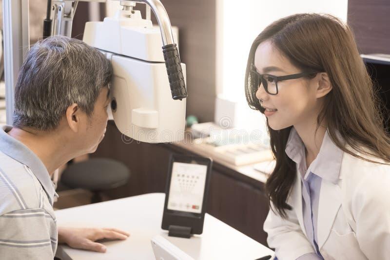 Oude mens met optometrist stock afbeeldingen